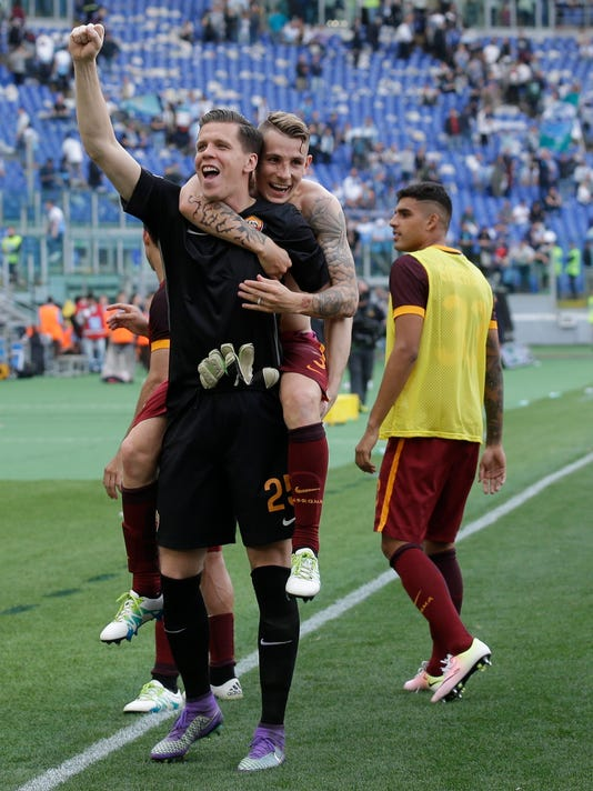 Roma goalkeeper Wojciech Szczesny carries Lucas Digne on his shoulders as they celebrate their 4-1 win over Lazio at the end of a Serie A soccer match, at Rome's Olympic stadium, Sunday, April 3, 2016. (AP Photo/Alessandra Tarantino)