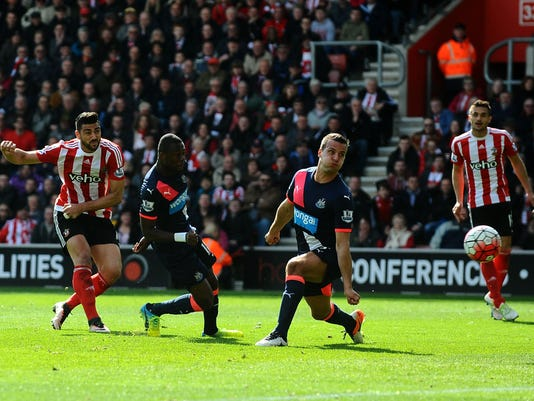 Southampton's Graziano Pelle, left, scores his sides second goal of the game during the English Premier League soccer match between Southapton FC and Newcastle United at St Mary's stadium in Southampton, England. Saturday April 9, 2016.(Clive Gee /PA via AP) UNITED KINGDOM OUT - NO SALES - NO ARCHIVES