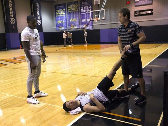 Suns Eric Bledsoe talks to Kentucky guard Devin Booker