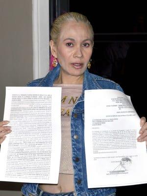 Padme Castellanos, mostró la demanda en contra del músico Carlos Lizárraga, por haberle dado una nalgada, al final de una entrevista.