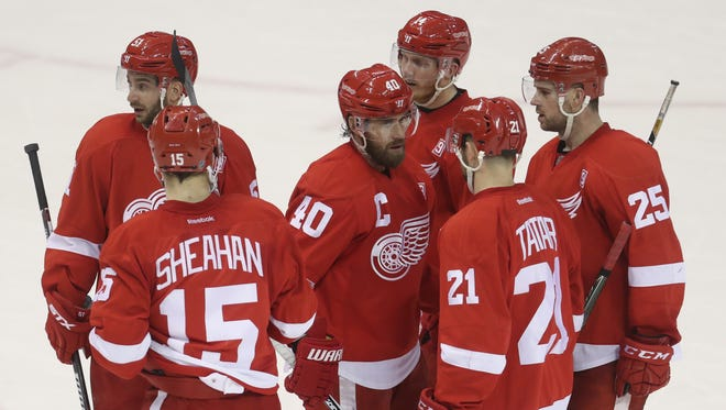The Detroit Red Wings' Henrik Zetterberg talks with his teammates during the third period against the Los Angeles Kings on Thursday, Dec. 15, 2016, at Joe Louis Arena in Detroit.