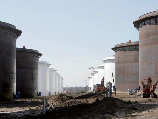 AP OIL GLUT FULL TANKS F USA OK