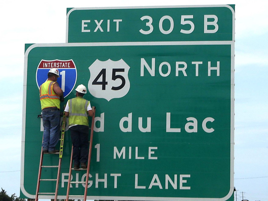 636256887211032414-Hwy-41-45-sign-with-workers.png