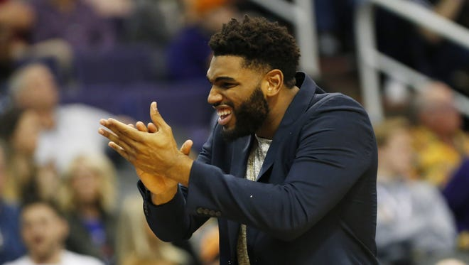 Phoenix Suns forward/center Alan Williams (15) cheers his team on against the Oklahoma City Thunder during the first quarter at Talking Stick Resort Arena in Phoenix January 7, 2018.