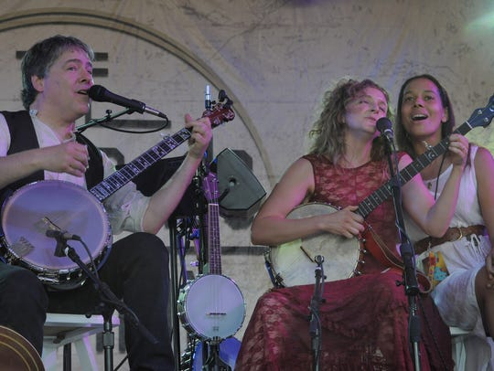 Bela Fleck plays with wife Abigail Washburn and Rhiannon
