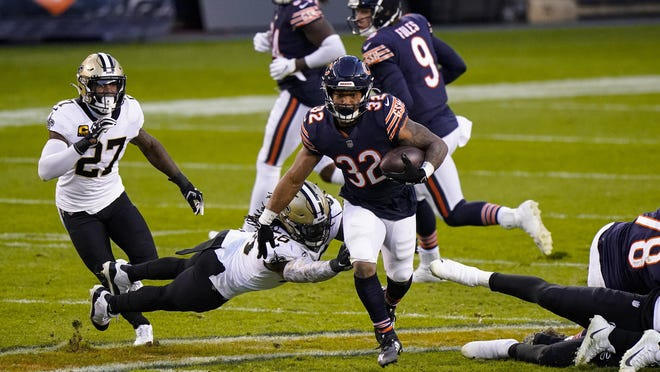Chicago Bears running back David Montgomery (32) breaks away from New Orleans Saints outside linebacker Demario Davis (56) in the first half of an NFL football game in Chicago, Sunday, Nov. 1, 2020.