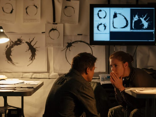 Ian Donnelly (Jeremy Renner) and Louise Banks (Amy
