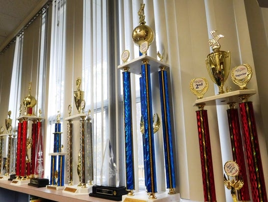636522935936135590-Choral-trophies-from-past-festivals-on-display-in-the-music-room.JPG