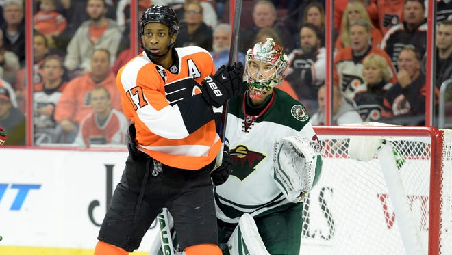 Wayne Simmonds and the Flyers are trying to get closer in the playoff race.