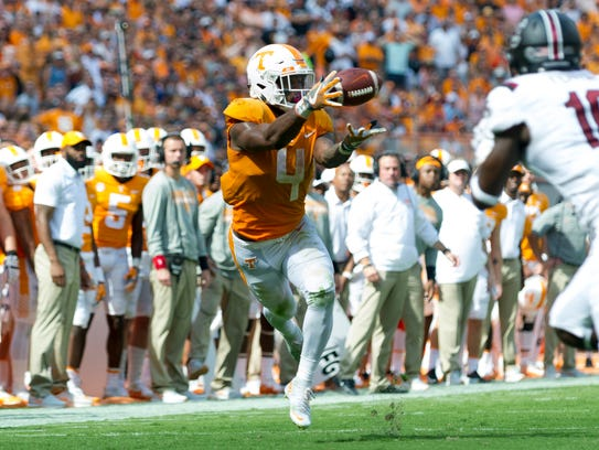 Tennessee running back John Kelly (4) catches a pass