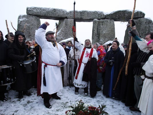 GTY DRUIDS CELEBRATE THE WINTER SOLSTICE AT STONEHENGE I HUM GBR EN