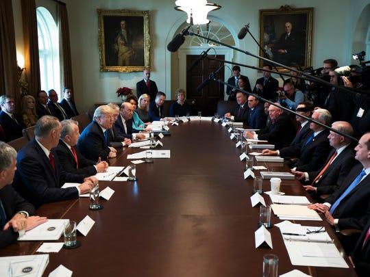 El presidente Donald Trump habla durante una reunión