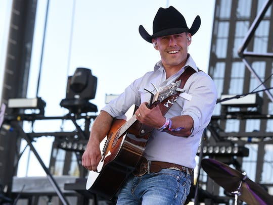Musician Aaron Watson performs onstage during 2016