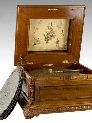 This Regina Model 35 upright bow front automatic 12 disc changer, circa 1899-1910, realized $15,600 in J. Levine's 2014 New Year's Day auction.