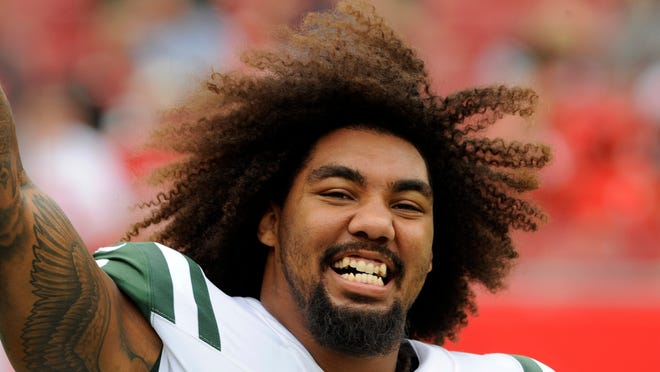"""FILE - This Nov. 12, 2017 file photo shows New York Jets defensive end Leonard Williams (92) before an NFL football game against the Tampa Bay Buccaneers in Tampa, Fla. The New York Jets were winners in the standings without even taking the field over the weekend. The coaches and players returned Monday, Nov. 20, 2017 from a bye-week break with the Jets sitting just one game out of a playoff spot, despite a 4-6 record and four losses in their last five games. """"We definitely still have high hopes,"""" defensive end Leonard Williams said. """"And people are coming to practice with high energy and feel pretty positive about the rest of the season."""" (AP Photo/Steve Nesius)"""