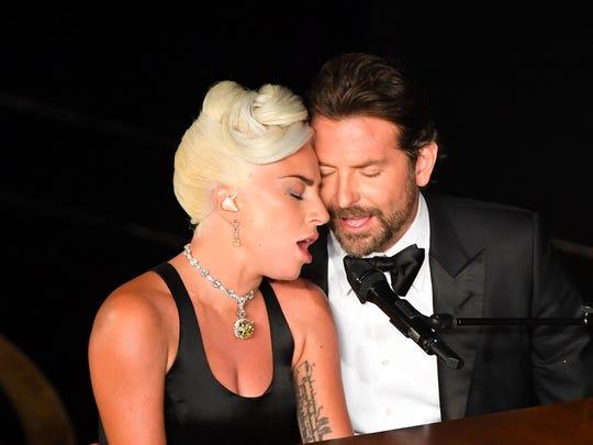 Lady Gaga y Bradley Cooper realizan su performance durante la ceremonia de los Oscar.