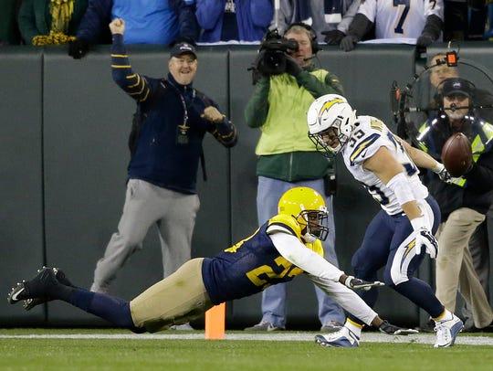 Green Bay Packers cornerback Damarious Randall deflects