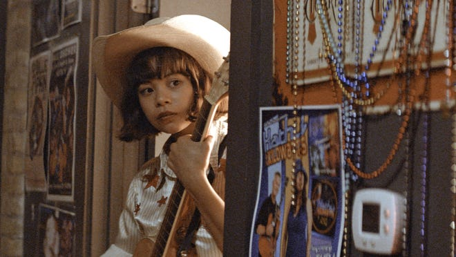 Rose (Eva Noblezada), an undocumented Filipino girl, dreams of one day achieving her country music dreams.