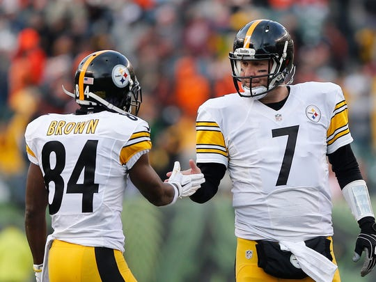 Dec 7, 2014; Cincinnati, OH, USA; Pittsburgh Steelers wide receiver Antonio Brown (84) celebrates with quarterback Ben Roethlisberger (7) in the second half against the Cincinnati Bengals at Paul Brown Stadium. The Steelers won 42-21. Mandatory Credit: Aaron Doster-USA TODAY Sports