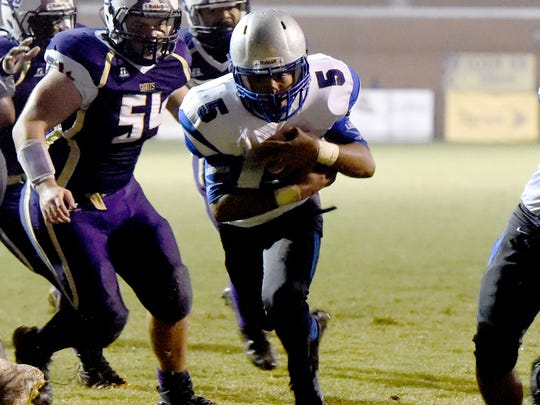 Kavon Robertson scores a touchdown for Robert E. Lee during its game against Waynesboro in 2016.