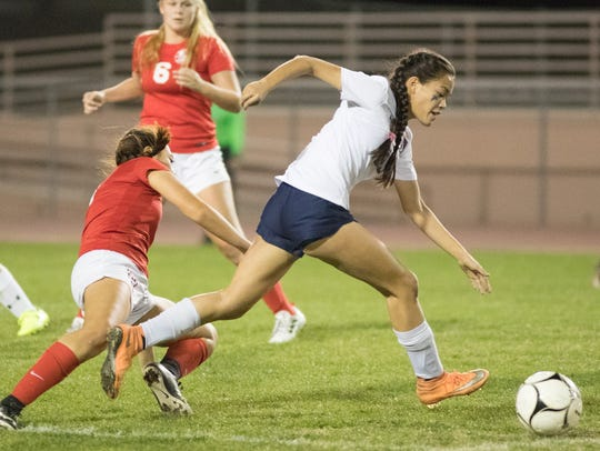 La Quinta's Tatiana Woodworth gets past a Palm Desert