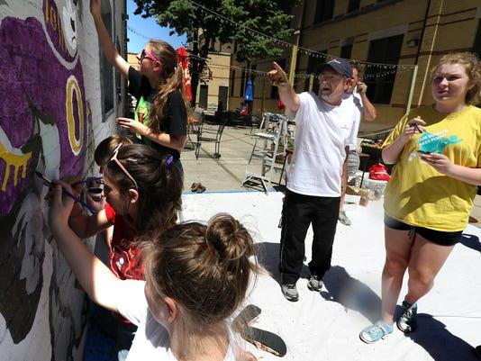Oconomowoc middle school students paint mascot mural