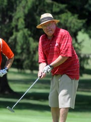 Former Ohio State football coach Earle Bruce putts