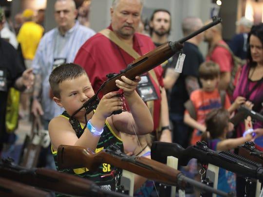 En las reuniones anuales de la NRA se lleva a cabo una gran exhibición de armas, en las que incluso niños participan.