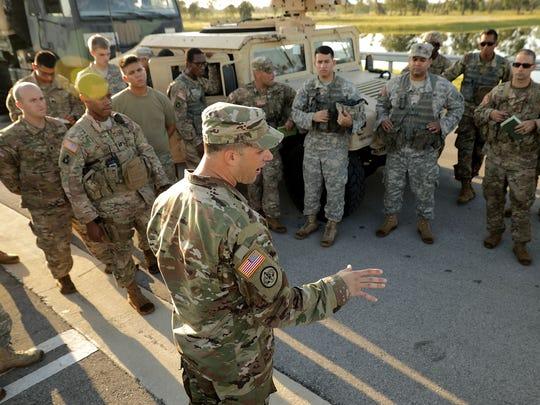 Efectivos de la Guardia Nacional refuerzan las labores de la Patrulla Fronteriza en la frontera con México.