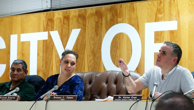 Mayor Pro Tem Victor Cruz, right, chaired the meeting in the absence of Mayor Benny Jasso. At left is District 2 Councilor Roxana Rincon.