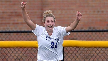 Maddy Lowe, Schroeder take 'one last run' at soccer title