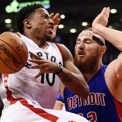 Toronto Raptors guard DeMar DeRozan (10) drives past