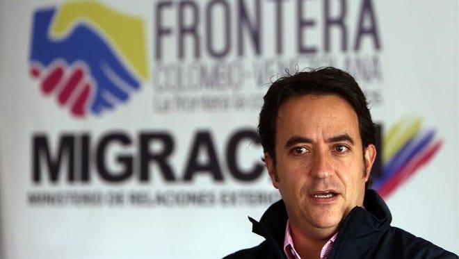 El director de Migración Colombia, Christian Krüger, habla en Bogotá, donde hizo un llamado para que no haya un cruce masivo de ciudadanos este fin de semana cuando se produzca una reapertura parcial de la frontera con Venezuela, que lleva cerrada casi un año, tal y como sucedió entre el 16 y 17 de julio pasado.