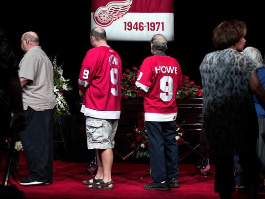 Mourners pay their respects to Hockey Hall of Famer