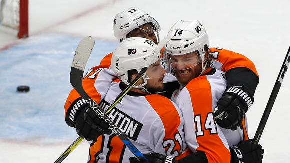 Sean Couturier, right, scored the game-winning goal with 1:15 left in the third period.