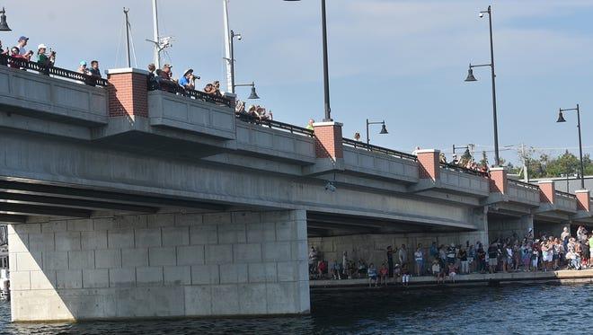 The crowd on the Sturgeon Bay Canal near the Maple-Oregon Bridge.