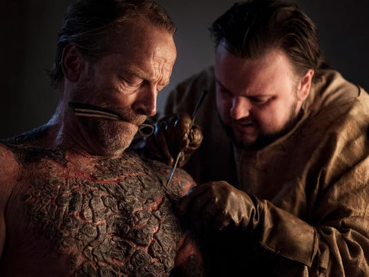 636367561868072606-Sam-helps-Jorah-Stormborn.jpg
