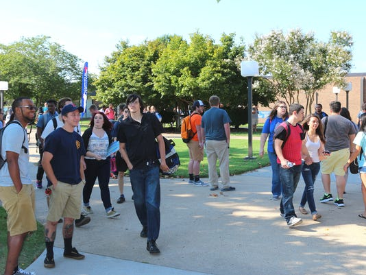 635762034022171471-First-Day-2015-busy-campus