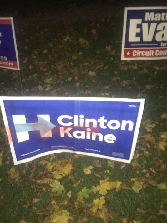 636142301773590568-clintonsign.png