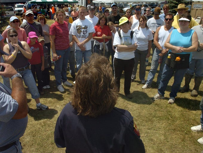 Volunteer searchers get their instructions from Meridian