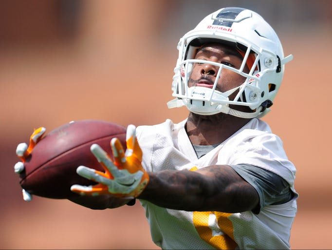 Tennessee's Latrell Williams (8) catches a pass during
