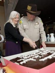Joe Arpaio y su esposa Ava cortan el pastel en ceremonia