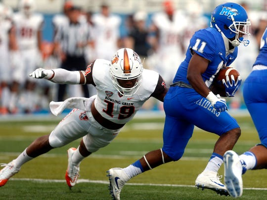 Bowling Green's Brandon Harris (19) dives to tackle