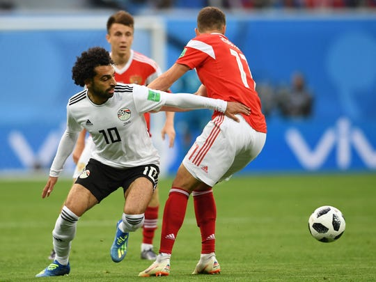 Mohamed Salah (izq.) regresó a la acción tras recuperarse