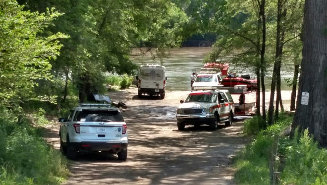 Des Moines police and firefighters recover a body from the Des Moines River on Thursday, May 26, 2016. Police identified the victim Tuesday as Leonard Dawson, 60, of Des Moines.