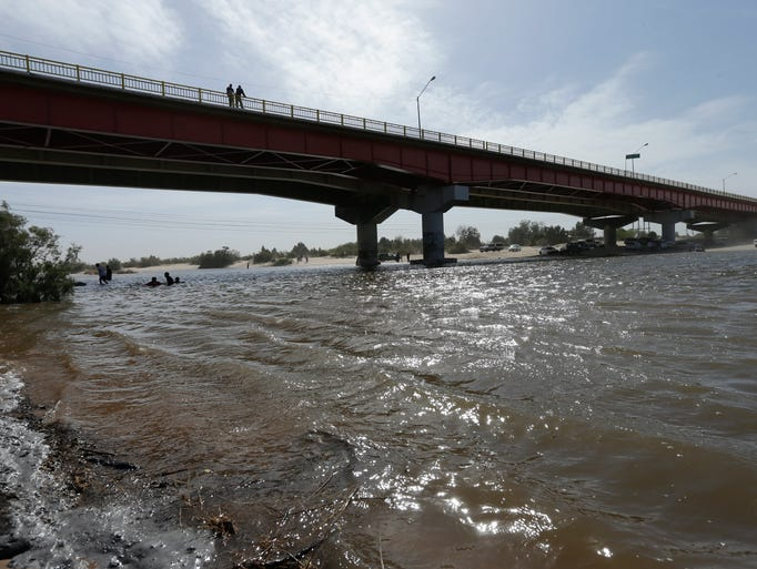 Agua del Río Colorado ha comenzado a verter sobre un delta estéril cerca de la frontera, como resultado de un acuerdo binacional entre México y EU.