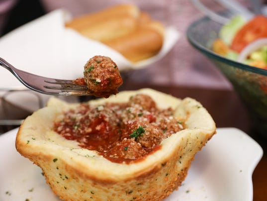 Olive Garden 39 S Meatball Pizza Bowl A Massive Food Mash Up
