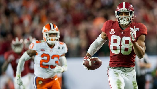Alabama tight end O.J. Howard (88) carries in a touchdown