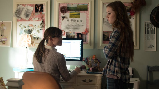 "Jennifer Garner (l) plays Patricia Beltmeyer and Kaitlyn Dever plays Brandy Beltmeyer in the motion picture ""Men, Women & Children."""