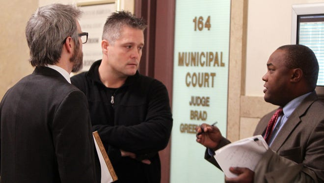 Jasen Dixon (center) and his attorney, J. Robert Linneman (left), talk with assistant Hamilton County prosecutor Ryan Nelson after Tuesday's hearing.